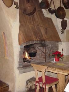 """Uriger Kamin im Restaurant vom """"Castillo Alcazar"""""""