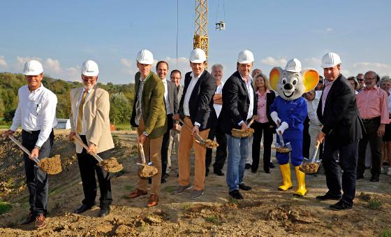 Harald Kern, Ernst Schilling, Peter Rieland, Michael und Roland Mack sowie Roland Bär freuen sich auf das neue Clubhaus. Bild: Europa-Park