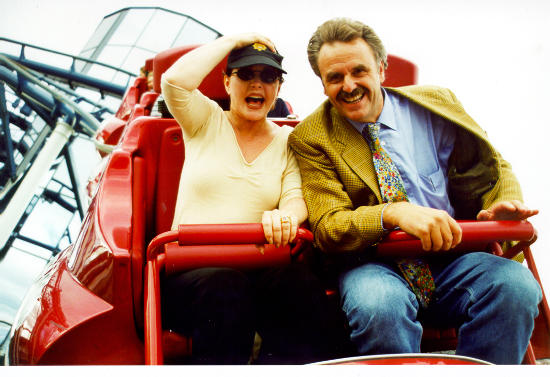 """Unser Archiv-Bild zeigt Priscilla Presley zusammen mit Europa-Park-Chef Roland Mack auf der Achterbahn """"Euro-Mir"""". Bild: Europa-Park"""