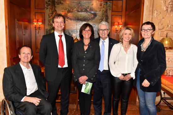 Felix Bernhard, Dr. Matthias Reinschmidt, Marianne Mack, Frank Elstner, Dr. Gabriele Feller-Hept und Barbara Dickmann. Bild: Europa-Park