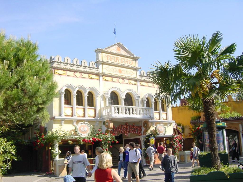 Das Tetro dell'Arte im Italienischen Themenbereich mit der ursprünglichen Fassade. Außerdem befinden sich neben dem Eingang noch Verkaufsstände, die heute durch einen breiteren Eingang ersetzt sind.