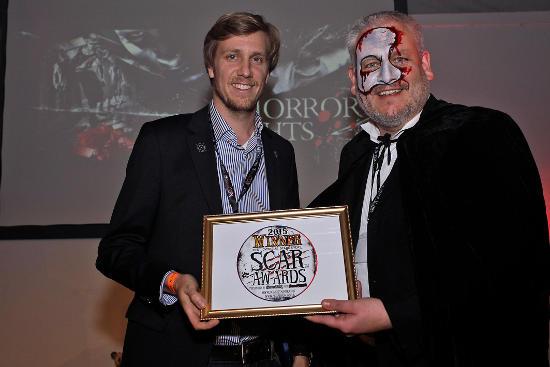 Michael Bolton überreicht den Award für die Horror Nights an Dominik Seitz, Repräsentanz UK Europa-Park. Bild: Europa-Park
