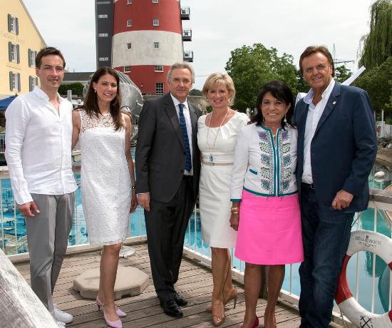 Oliver und Bianca Kleine, Jürgen und Mauritia Mack, Regine Sixt und Roland Mack vor dem Hotel Bell Rock. Bild: Europa-Park