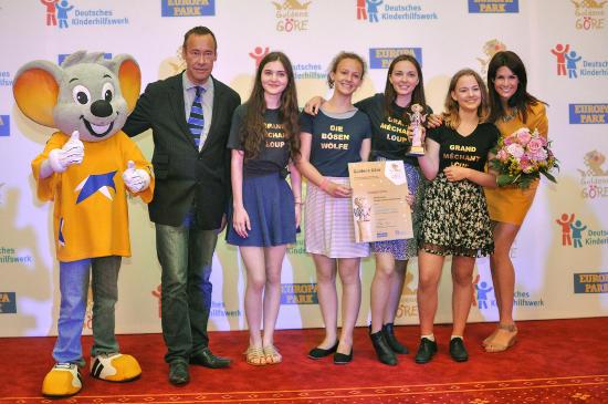 Thomas Krüger, Präsident des Deutschen Kinderhilfswerkes, die Gewinnerinnen der Europa-Göre und Miriam Mack vom Europa-Park bei der Preisübergabe. Bild: Europa-Park
