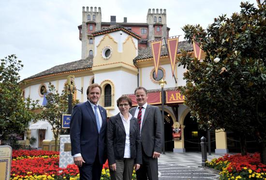 Europa-Park Inhaber Roland Mack mit der neuen Aufsichtsratsvorsitzenden der WRO, Edith Schreiner, die Landrat Frank Scherer ablöst. Bild: Europa-Park