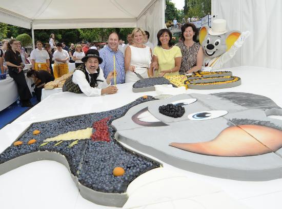 Severin Oberdorfer (Prokurist Bäckerei Armbruster), Mauritia Mack, Marianne Mack und Jutta Armbruster-Oberdorfer beim Anschnitt der Jubiläumstorte. Bild: Europa-Park