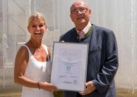 Michaela Doll-Lämmer, Europa-Park Hoteldirektorin Logis, mit Prof. Rudolf Forcher, Vorsitzender des Aufsichtsrates der Wellness Stars GmbH. Bild: Europa-Park