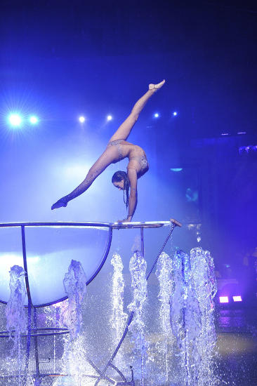 Clio Togni präsentiert ästhetisch-kraftvolle Handstandakrobatik. Bild: Europa-Park