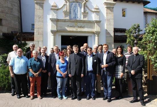 Erzbischof Stephan Burger (Mitte), neben Adrian Bolzern und Roland Mack, Inhaber Europa-Park, sowie den Teilnehmern der C.I.M-Generalversammlung. Bild: Europa-Park