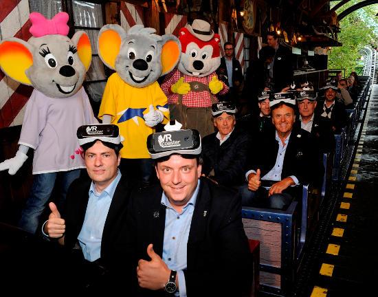 Gleich geht´s los: Michael Mack (Geschäftsführer MackMedia) und Thomas Wagner (Geschäftsführer VR Coaster) in der ersten Reihe (v.r.n.l.). Roland und Jürgen Mack (Inhaber Europa-Park) in Reihe zwei (v.r.n.l.). Bild: Europa-Park