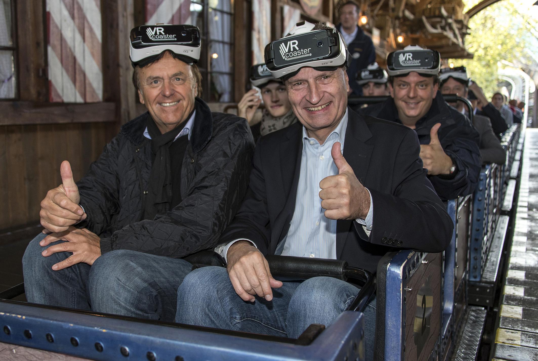 """Günther Oettinger mit Roland und Michael Mack im """"Alpenexpress VR-Ride"""". Bild: Europa-Park"""