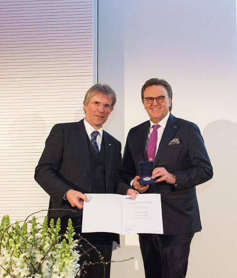 KIT-Präsident Holger Hanselka und Roland Mack bei der Ehrung. Bild: Europa-Park