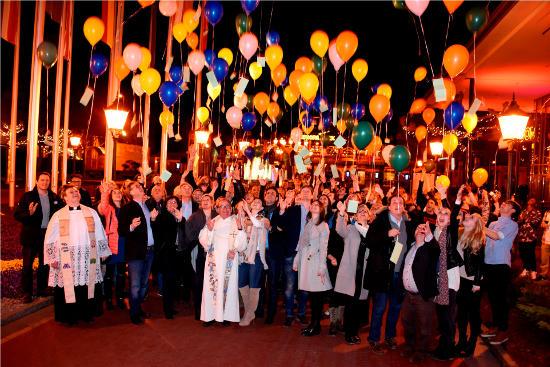 Europa-Park Inhaberfamilie Mack und die Künstler lassen bunte Luftballons in den Ruster Nachthimmel steigen. Bild: Europa-Park