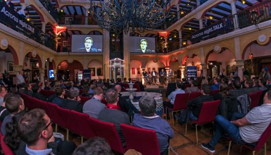 """Edward Snowden beim """"night.TALK"""" im Europa-Park. Bild: Europa-Park"""