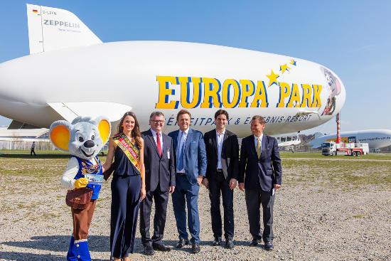 Ed Euromaus, Miss Germany Lena Bröder, Andreas Brand, Roland Mack, Thomas Mack und Thomas Brandt beim Roll-Out des Europa-Park Zeppelins. Bild: Europa-Park