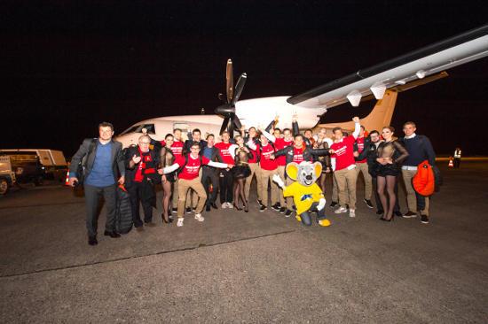 Ed Euromaus und die Night.Beat.Angels-Tänzerinnen begrüßen die Aufsteiger des SC Freiburg am Flugplatz in Lahr. Bild: Europa-Park