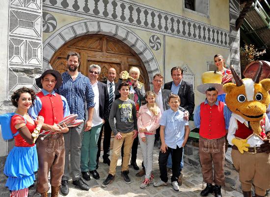 Michael Mack freut sich mit Gästen aus der Schweiz über die Eröffnung des Schellen-Ursli Hauses im Europa-Park. Bild: Europa-Park