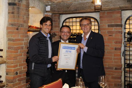 Thomas und Roland Mack schätzen die Leistung von Vincenzo De Biase sehr. Bild: Europa-Park