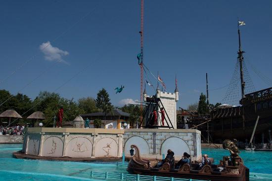 """""""Swing, Twist and Splash"""" - die Show im Portugiesischen Themenbereich. Bild: Europa-Park"""