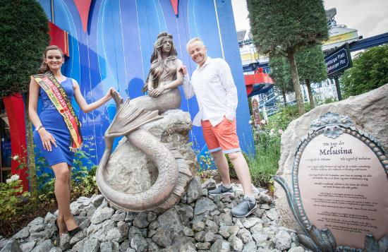 Antony mit der amtierenden Miss Germany Lena Bröder und der Bronze-Statue Melusina. Bild: Europa-Park
