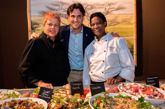 Thomas Mack mit den Spitzenköchinnen aus Südafrika Anita Roux (links) und Maggie Sekepane. Bild: Europa-Park