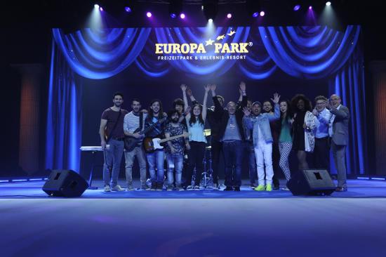 """Die Finalisten des Songcontests """"Welcome to Europe"""" gemeinsam mit der Jury sowie den Star Guests Elias Bertini und Bria Drain. Bild: Europa-Park"""