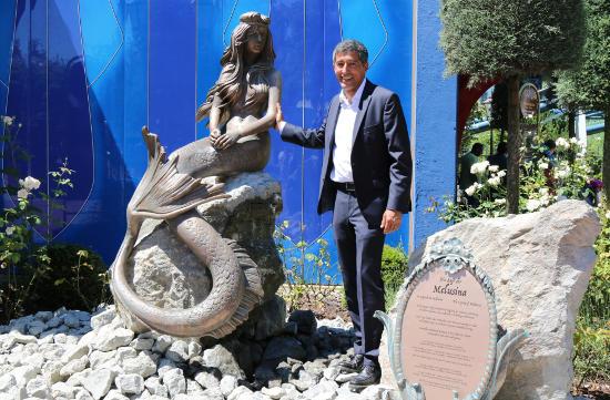 """Ranga Yogeshwar neben der luxemburgischen Sagengestalt Melusina auf dem """"Luxemburger Platz"""" im Europa-Park. Bild: Europa-Park"""