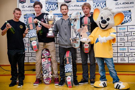 Justin Sommer, Christoph Radtke, Alex Mizurov und Tom Kleinschmidt bei der Siegerehrung im Europa-Park. Bild: Europa-Park