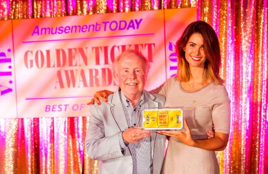 """Miriam Mack freut sich mit James """"Chip"""" Cleary, ehemaliger Geschäftsführer und Präsident des Weltverbandes der Freizeitindustrie (IAAPA), über die Auszeichnung. Bild: Europa-Park"""