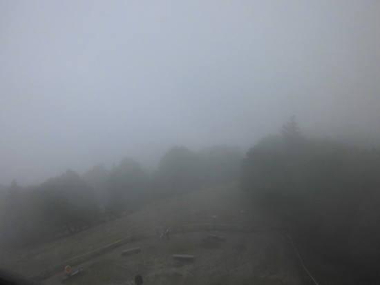 """Der Freiburger Hausberg """"Schauinsland"""" im Nebel."""