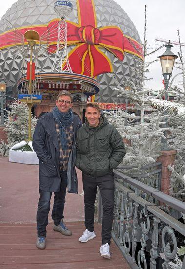 Hans Sigl und Mark Keller im weihnachtlich geschmückten Europa-Park. Bild: Europa-Park