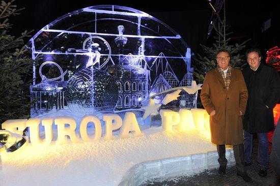 """Der Europa-Park aus Eis: Roland und Michael Mack in der Eisskulpturen-Ausstellung """"MAGIC ICE- die traumhafte Märchenwelt aus Eis"""". Bild: Europa-Park"""