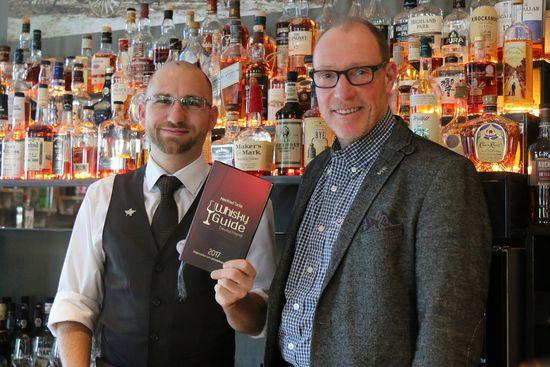 Jürgen Wörner (Barmanager) und Matthias Bansen (Direktor Food & Beverage, Europa-Park Hotels) freuen sich über die Aufnahme unter die besten Whisky Bars in Deutschland. Bild: Europa-Park