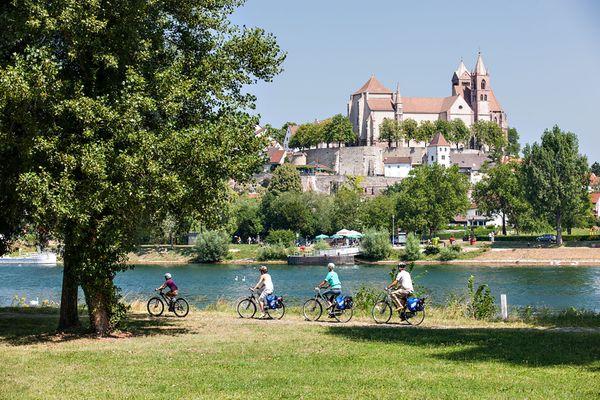 Radeln rund um den Kaiserstuhl: In Orten wie Breisach am Rhein können sich Radfahrer auf kulturelle und kulinarische Stärkung freuen. Foto: djd/Naturgarten Kaiserstuhl/EuroVelo 15