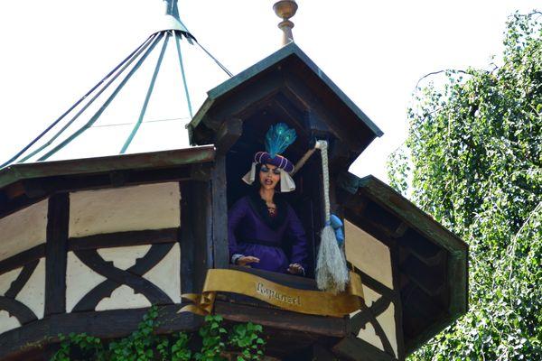 Der Turm von Rapunzel im Märchenwald des Europa-Park.