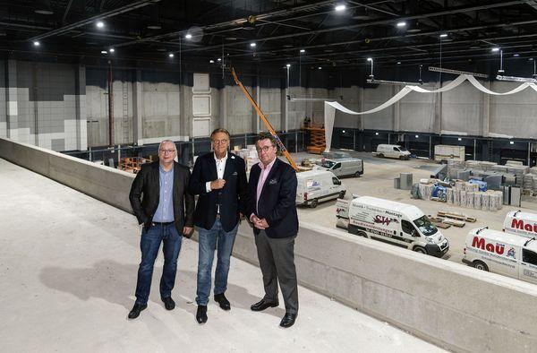 Andreas Ksionsek, Roland Mack und Klaus Schunk freuen sich auf den Radio Regenbogen Award in der neuen Europa-Park Arena. Bild: Europa-Park