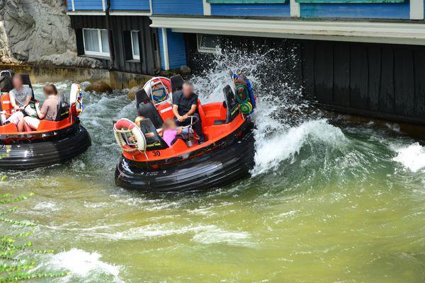 Eine erfrischende Überraschung für die wackeren Passagiere an Bord des Rafts.