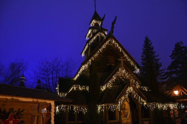 Die feierlich geschmückte norwegische Stabkirche im Winter.