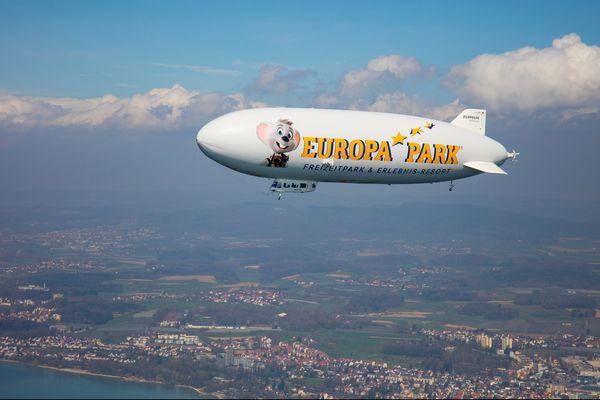 Der Europa-Park-Zeppelin fliegt über die Bodenseeregion. Bild: Europa-Park