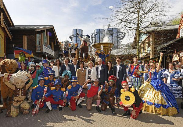 """Die Europa-Park Inhaberfamilie Mack freut sich gemeinsam mit den Künstlern von """"Ed's Party Parade"""" über den Saisonstart 2017. Bild: Europa-Park"""