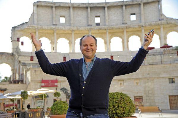 Markus Majowski auf der Piazza des Hotels Colosseo im Europa-Park. Bild: Europa-Park
