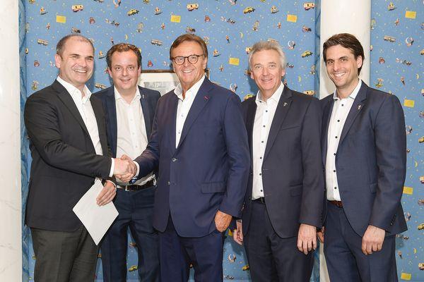 In Anwesenheit des Geschäftsführers der Peter Gross Bau GmbH, Philipp Gross, unterzeichnet die Inhaberfamilie Mack den Bauvertrag. Bild: Europa-Park
