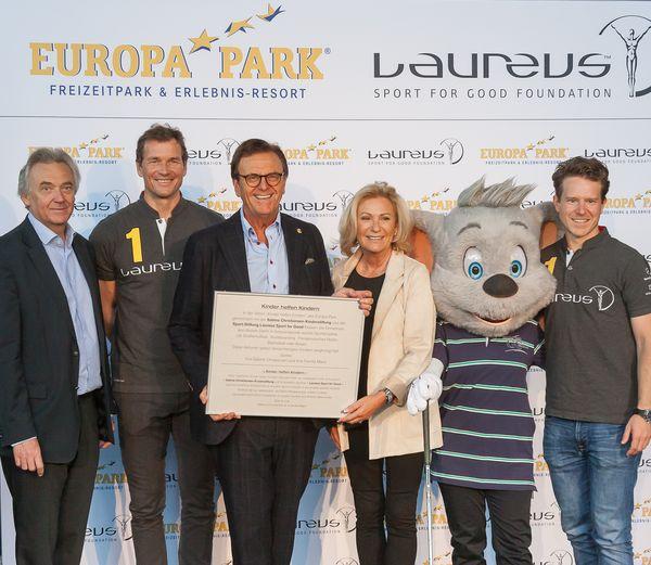 Jürgen Mack, Jens Lehmann, Roland Mack, Sabine Christiansen und Paul Schif freuen sich über die neue Kooperation des Europa-Park und der Laureus Sport for Good Foundation. Bild: Europa-Park