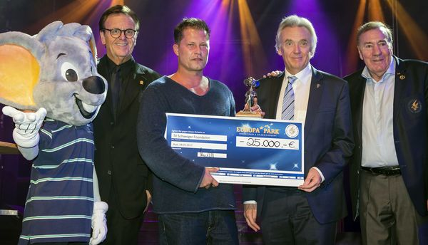 Roland Mack, Til Schweiger, Jürgen Mack und Frank Fleschenberg freuen sich über 25.000 Euro für die Til Schweiger Foundation. Bild: Europa-Park