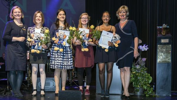 Michaela Rombach (Präsidentin von Zonta), Phyllis Stöhr, Nasreen Sarah Shah, Rahel Meier, Lisa Langhammer und Mauritia Mack bei der Award-Verleihung. Bild: Europa-Park