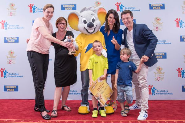 """Die Gewinner aus Künzelsau freuen sich mit Miriam Mack und Benedikt Weber über den """"Europa-Park JUNIOR CLUB Award"""". Bild: Europa-Park"""