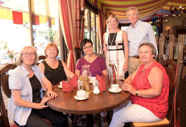 Jürgen Mack und seine Frau Mauritia (stehend) mit Ruster Seniorinnen im Restaurant Castillo. Bild: Europa-Park