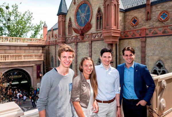 Andreas Wellinger, Tina Maze, Martin Schmitt und Thomas Mack vor dem Voletarium im Europa-Park. Bild: Europa-Park