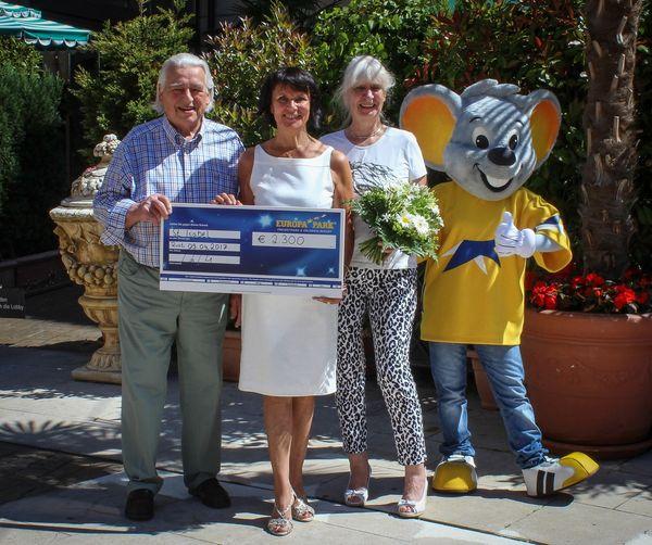 Großzügige Spende von Bernd Arnold an Santa Isabel e. V. - Bild: Europa-Park