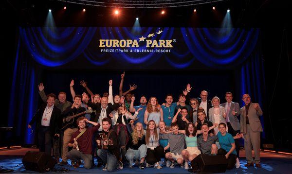 """Die Finalisten sowie die Jury des Songcontests """"Welcome To Europe"""" gemeinsam mit Mauritia Mack (4.v.re.). Bild: Europa-Park"""
